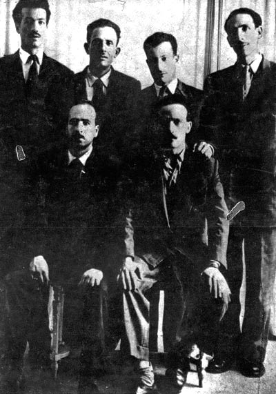 Six chefs du FLN, (de g à d) Rabah Bitat, Mostefa Ben Boulaïd, Didouche Mourad et Mohammed Boudiaf. Assis : Krim Belkacem (g) et Larbi Ben M'Hidi (d).