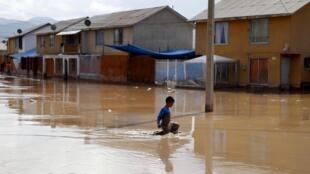 A cidade de Copiapo, capital da região do Atacama, no norte do Chile, ficou submersa pelas águas.