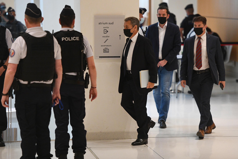 El expresidente Nicolas Sarkozy (C) llega a una audiencia del caso Bygmalion en el tribunal de París, el 15 de junio de 2021