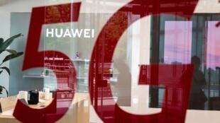 """Una tienda del gigante chino de las telecomunicaciones Huawei presenta una etiqueta roja que dice """"5G"""", de la red de telecomunicaciones 5G, en Pekín, el 25 de mayo de 2020."""