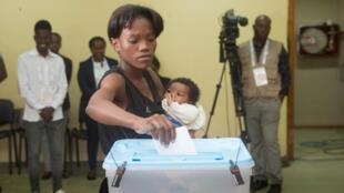 Eleitora angolana no dia 23 de Agosto.