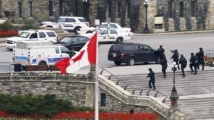 Kikosi maalumu cha polisi kimezingira jengo la Bunge la mji wa Ottawa baada ya miliyo ya risase kusikika ndani ya jengo hilo.