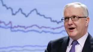 Olli Rehn, le commissaire aux Affaires économiques et monétaires, devant des prévisions de croissance.