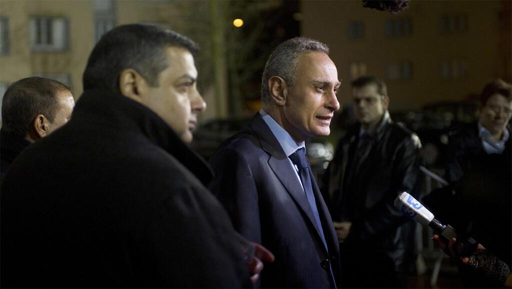 Nasser Kamel (au centre), à Chatenay Malabry, face à des journalistes. Il était alors ambassadeur d'Egypte en France. (Photo datée de 2011).
