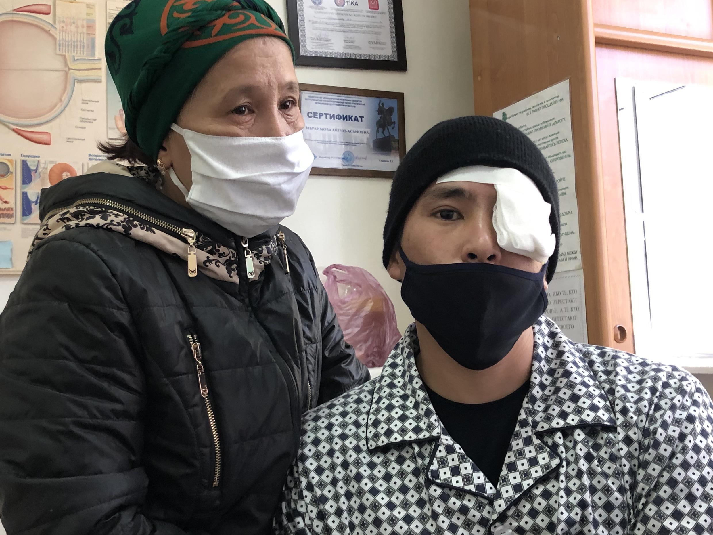28-летний житель Бишкека Нурлан Уулу Уларбек и его мама.
