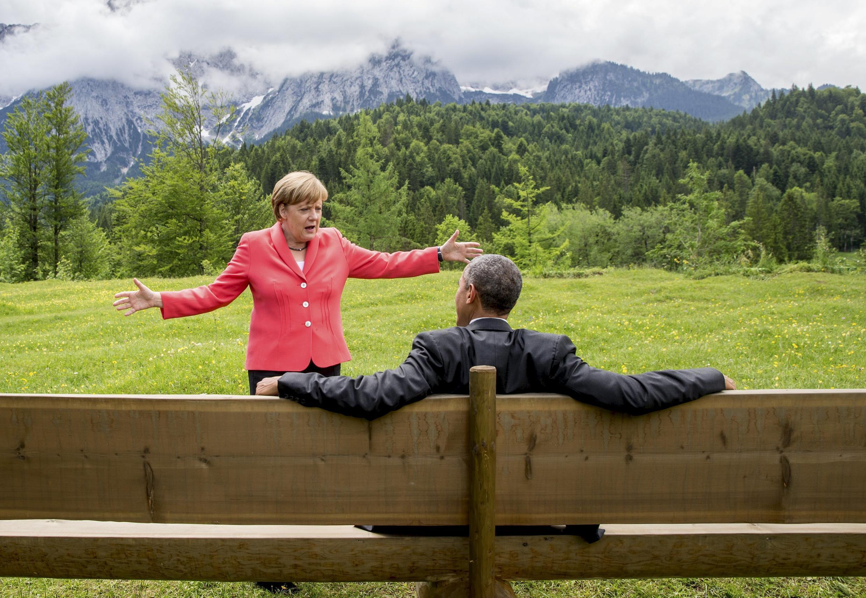 Tổng thống Mỹ Obama và Thủ tướng Đức Merkel thoải mái trò chuyện bên ngoài lâu đài Elmau, Đức tháng 8/2015.