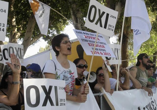 Cipriotas protestaram contra a aprovação do plano de resgate pelo Parlamento do país nesta terça-feira, 30 de abril, em Nicósia.