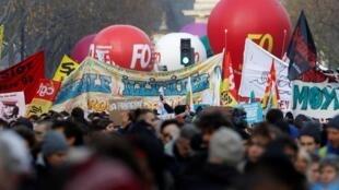 Marcha contra a reforma da Previdência em Paris ocorreu nesta terça-feira (10) sem violência ou confrontos com a polícia.