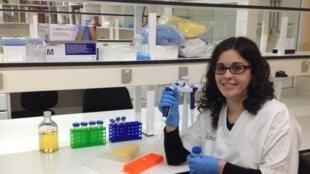 La Dra. María J. Buzon en su laboratorio del Instituto de Investigaciones Vall d'Hebron, Barcelona, España.