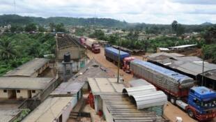 A Noé, une longue file de camions attend de pouvoir traverser la frontière entre la Côte d'Ivoire et le Ghana.