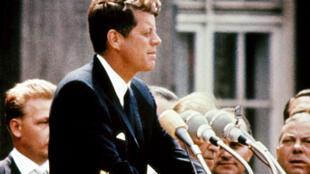 John Fitzgerald Kennedy, o 35° presidente dos Estados Unidos, assassinado em Dallas, no Texas, em 1963.