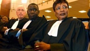 Trois avocats de l'accusation du procès Habré, de gauche à droite : George Henri Beauthier, Assane Dioma Ndiaye et Jacqueline Moudeina à Dakar, le 20 juillet 2015.