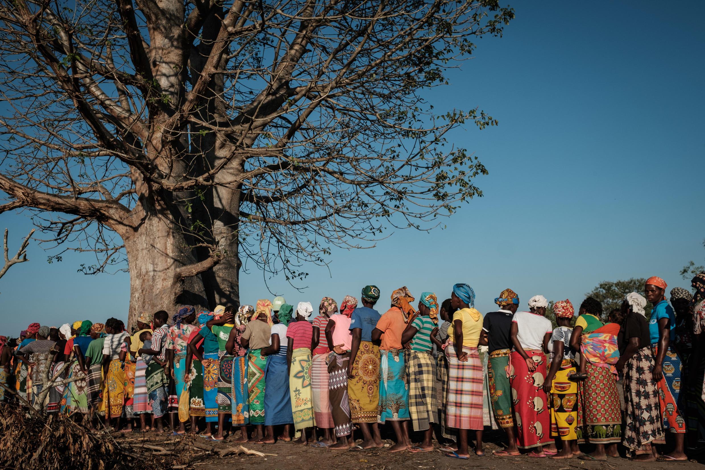 Mulheres à espera da distribuição de alimentos em Estaquinha, a cerca de 80 quilómetros da Beira. 26 de Março de 2019.