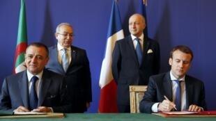 De g à d, assis: Abdeslam Bouchouareb, ministre algérien de l'Industrie et des Mines et Emmanuel Macron, ministre français de l'Economie. Debout: le ministre algérien des A.E Ramtane Lamamra et son homologue français, Laurent Fabius, le 26/10/15 à Paris.