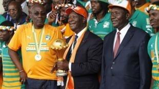 A Abidjan, le président ivoirien Alassane Ouattara célèbre, avec les Eléphants, leur victoire lors la CAN 2015, le 9 février 2015.