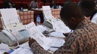 Des agents de la Céni au Niger lors d'opérations électorales en mars 2016 (image d'illustration).