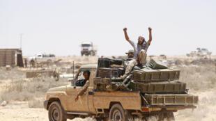 Rebeldes libios transportando municiones