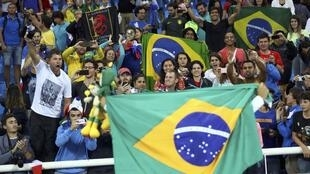 Torcedores brasileiros no Estádio Olímpico apoiaram Thiago Braz e vaiaram o saltador francês Renaud Lavillenie.