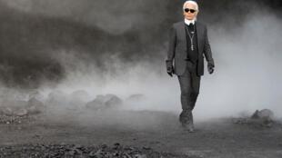 Karl Lagerfeld marcou a história da moda com seu talento polivalente