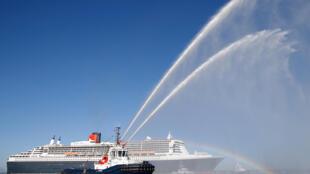 """遠洋郵輪瑪麗皇後2號2017年6月25日在法國聖納賽爾港啟程,與四隻超大型多體帆船參加""""法美之橋""""競賽。"""
