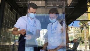 Alan et sa comparse Laura, à l'accueil du kiosque invités, à Nice.