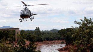 Un helicóptero sobrevuela la zona de la catástrofe, el 27 de enero de 2019.