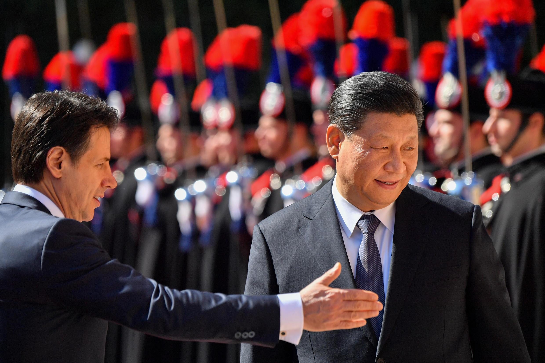 Le président du Conseil italien Giuseppe Conte indique le chemin au président chinois Xi Jinping, à son arrivée à la Villa Madama, la résidence d'accueil des chefs d'État étrangers reçus par le président du Conseil, à Rome, le 23 mars 2019.