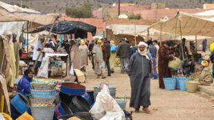 Dans les souks, les commerçants informels ont bien du mal à appliquer la loi contre l'utilisation des sacs en plastique.