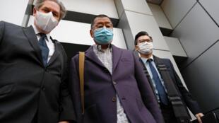 苹果日报创始人黎智英(中)2月28日被捕后当日获得保释,2020年。