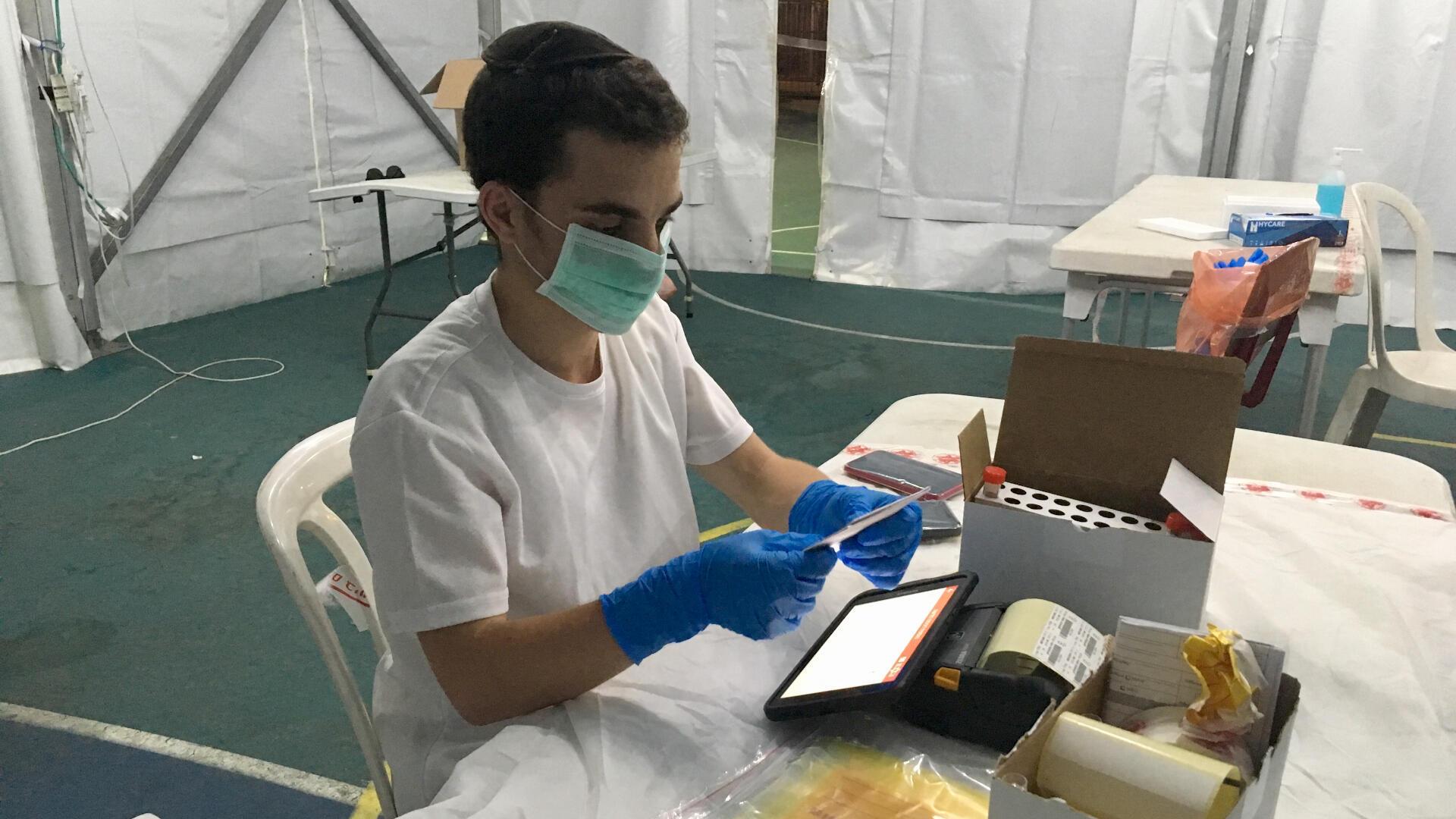 """Sous une tente installée dans le sud de Tel-Aviv, Magen David Adom (""""l'Étoile rouge de David""""), les services israéliens de secours - ont ouvert un centre de dépistage du coronavirus destiné essentiellement aux migrants et demandeurs d'asile."""