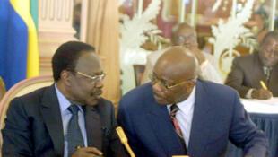 Jean-François Ntoutoume Emane (d) avait été propulsé Premier ministre par l'ancien président Omar Bongo (g).