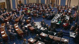 Minoritaires au Sénat, les démocrates ont fait bloc contre Donald Trump lors du vote final du procès en destitution, mercredi 5 février 2020.