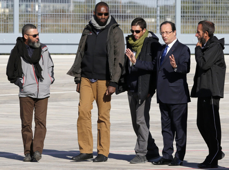 Встреча бывших заложников президентом Франсуа Олландом на военном аэродроме в Виллакублэ 30/10/2013