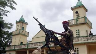 Un membre de la Seleka à la sortie d'une mosquée à Bangui le 29 mars 2013.