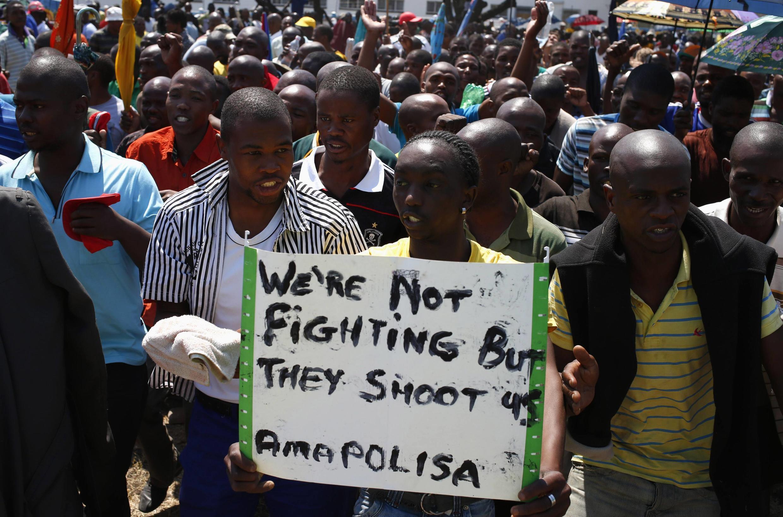 En Afrique du Sud, marche de mineurs près de la mine Anglo American Platinium (AMPLATS) à Rustenburg,  le 5 octobre 2012.