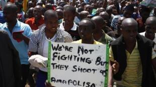 En Afrique du Sud, marche de mineurs près de la mine Anglo-American Platinium (AMPLATS) à Rustenburg,  le 5 octobre 2012.