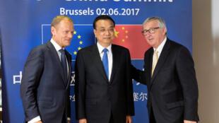 A capital belga abriga uma cúpula entre países do bloco e da China sobre o combate ao aquecimento global. Na foto o presidente do Conselho Europeu, Donald Tusk, o premiê chinês, Li Keqiang e o presidente da Comissão Europeia, Jean-Claude Juncker.