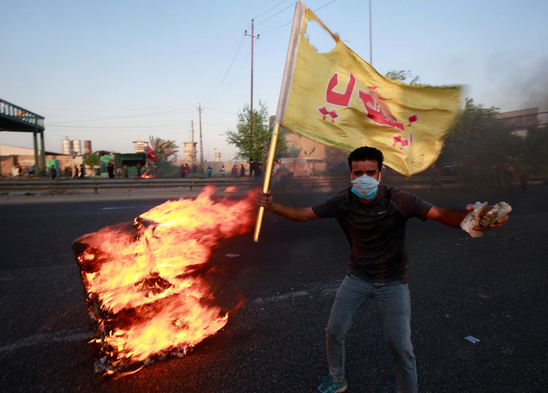 Manifestante protesta nas ruas de Bagdá.