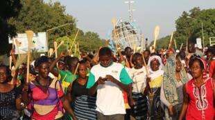 Manifestation de femmes à la veille d'une journée de désobéissance civile déclarée par l'opposition au projet de modification de la Constitution, à Ouagadougou, Burkina Faso.