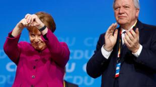 Angela Merkel vivement applaudie après sa prise de parole lors du congrès de son parti CDU le 26 février à Berlin.