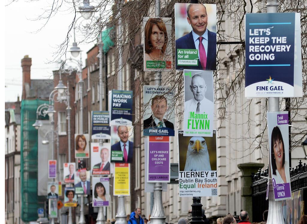 Des affiches de campagne pour les élections législatives à Dublin, Irlande, le 21 février 2016.