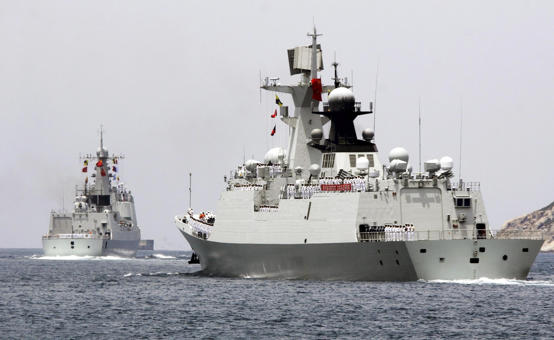 Khu trục hạm Trung Quốc Hải Khẩu - Haikou (T) và tàu hộ tống trang bị tên lửa Nhạc Dương - Yueyang, rời cảng Tam Á, Hải Nam, ngày 09/06/2014, để tham gia cuộc tập trận RIMPAC
