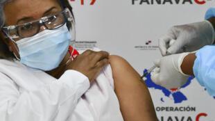 La enfermera Violeta Gaona, la primera en Panamá en ser inoculada con la vacuna contra el covid de Pfizer/BioNTech, recibe la segunda dosis en Ciudad de Panamá, el 17 de febrero de 2021