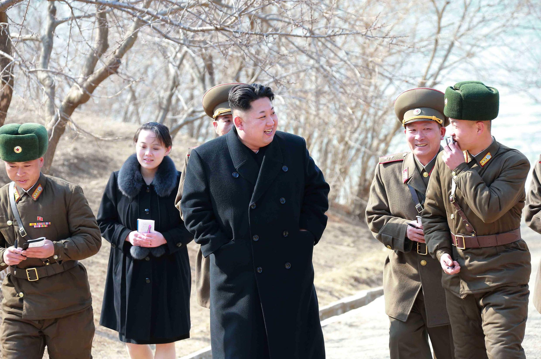 Kim Yo Jong (thứ hai từ trái qua) đi cùng lãnh đạo Bắc Triều Tiên Kim Jong Un thị sát một đơn vị quân đội tại tỉnh Kangwon. Ảnh do KCNA công bố ngày 12/03/2015.