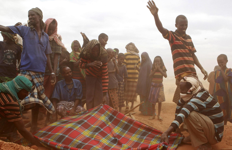 Refugiados somalis chegam a campo de Kobe, na Etiópia.