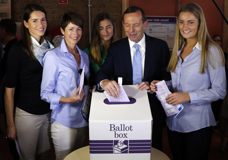 Tony Abbott vota em Sydney acompanhado pela família