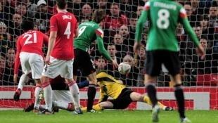 Mabeki wa klabu ya Man Utd wakiangalia mpira ukitinga langoni mwao wakati wa mechi na Atletico Bilbao