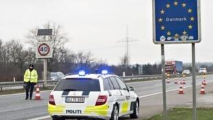 Askari polisi wa Denmark katika mpaka na Ujerumani.