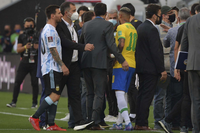 Messi Neymar hablan con las autoridades sanitarias tras interrumpirse el partido en Sao Paulo, 5 de septiembre de 2021.