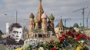 Moscou, mars 2015, sur le pont où a été assassiné Boris Nemtsov, près du Kremlin, ses partisans ont déposé des fleurs.